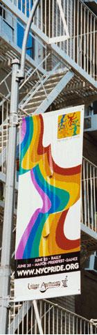 Una strada di Nyc con i cartelloni del Pride