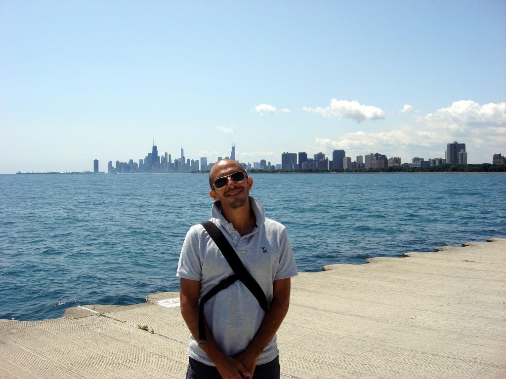 Marco e Chicago, sullo sfondo