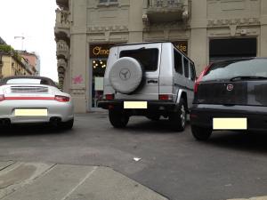 Omelette e Baguette: il comodo parcheggio selvaggio sul marciapiede di fronte al locale, per gli amici del titolare